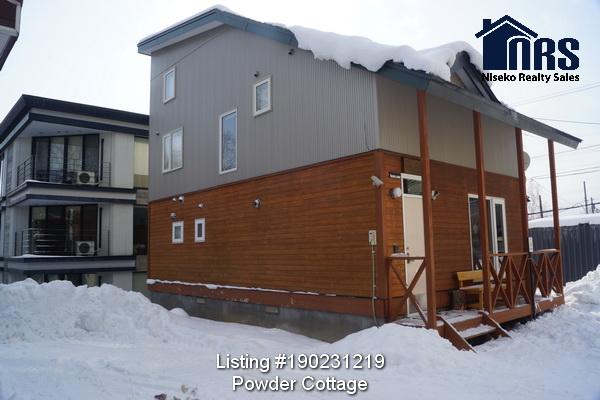 Three bedroom with loft, 2 bathroom, 2 toilet, 2 car garage middle Hirafu Powder Cottage